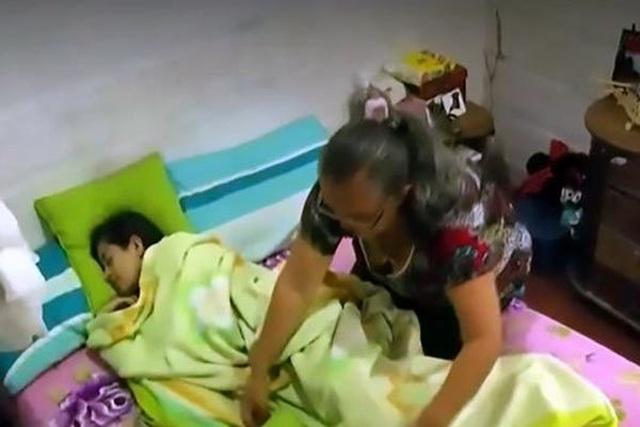 Mẹ kêu cứu vì con gái ngủ gục gần 2 tháng mới tỉnh - 1