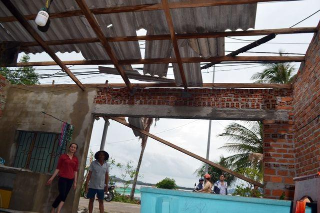 Người dân đội mưa vá mái nhà sau bão - 7