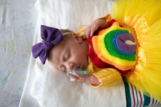 Dễ thương bé sơ sinh thiếu tháng diện đồ hóa trang đón Halloween trong bệnh viện - 7