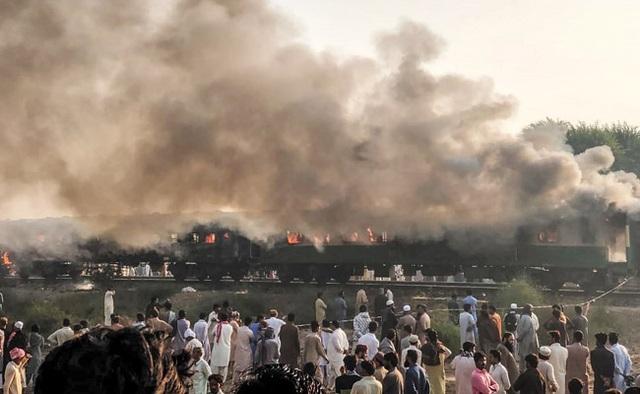 Hiện trường thảm khốc vụ nổ bình gas trên tàu Pakistan làm 74 người chết - 10