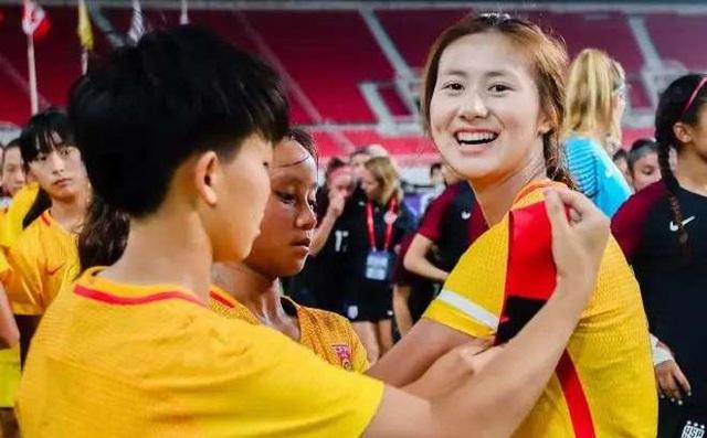 Nữ cầu thủ U19 Trung Quốc bị cấm thi đấu vì… tô son - 1