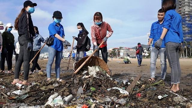 Biển Quy Nhơn ngập rác sau bão số 5, thanh niên xắn tay thu dọn  - 2