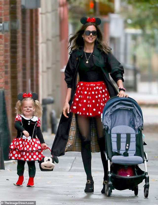 Tình cũ Ronaldo và con gái nhỏ hóa trang thành chuột Minnie - 3