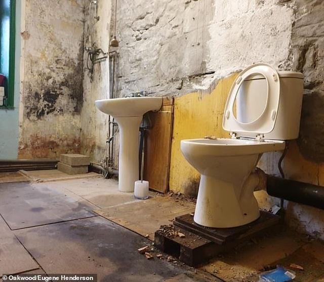 Ấm lòng chuyện cả thị trấn chung tay sửa nhà lụp xụp cho cụ già nghèo khó - 4