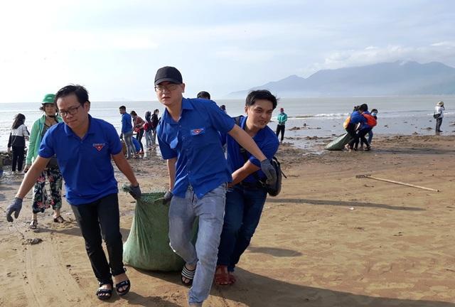 Biển Quy Nhơn ngập rác sau bão số 5, thanh niên xắn tay thu dọn  - 5