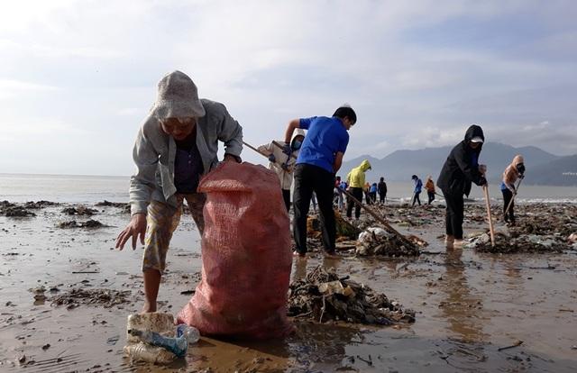 Biển Quy Nhơn ngập rác sau bão số 5, thanh niên xắn tay thu dọn  - 6