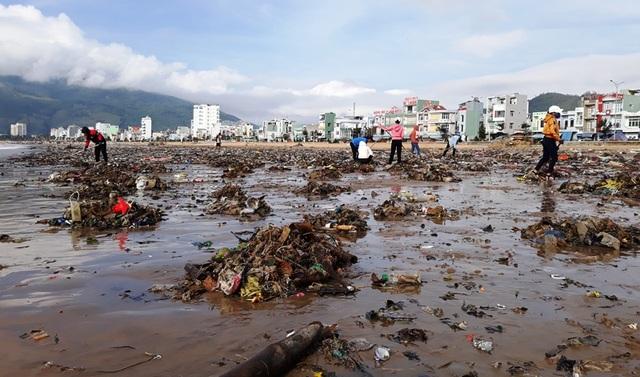 Biển Quy Nhơn ngập rác sau bão số 5, thanh niên xắn tay thu dọn  - 3