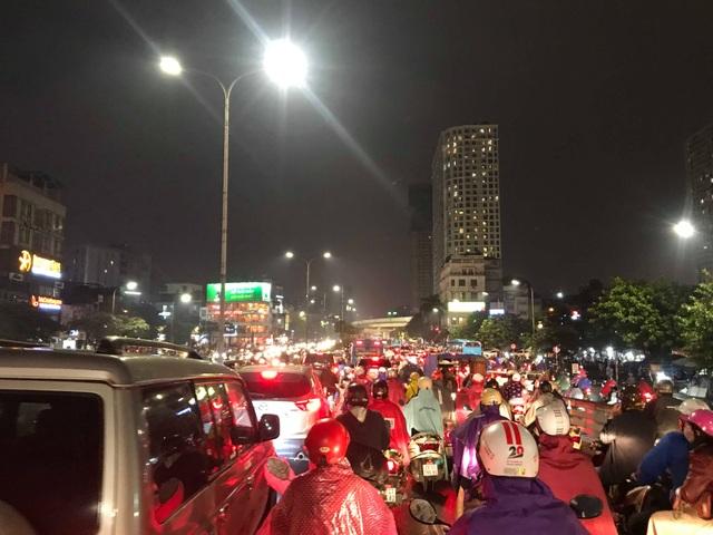 Hà Nội: Mưa lạnh trút xuống đúng giờ tan tầm, đường phố ùn tắc kinh hoàng - 7