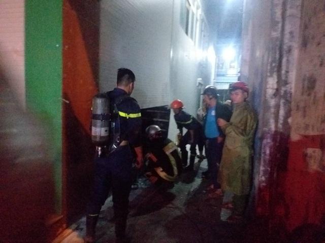 Cứu 3 người mắc kẹt trong đám cháy tại Đà Nẵng - 1