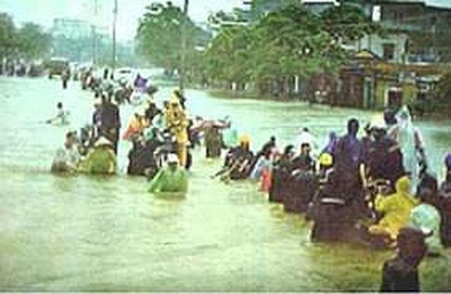 Nhìn lại hình ảnh trận lũ kinh hoàng năm 1999 cướp sinh mạng 352 người - 16