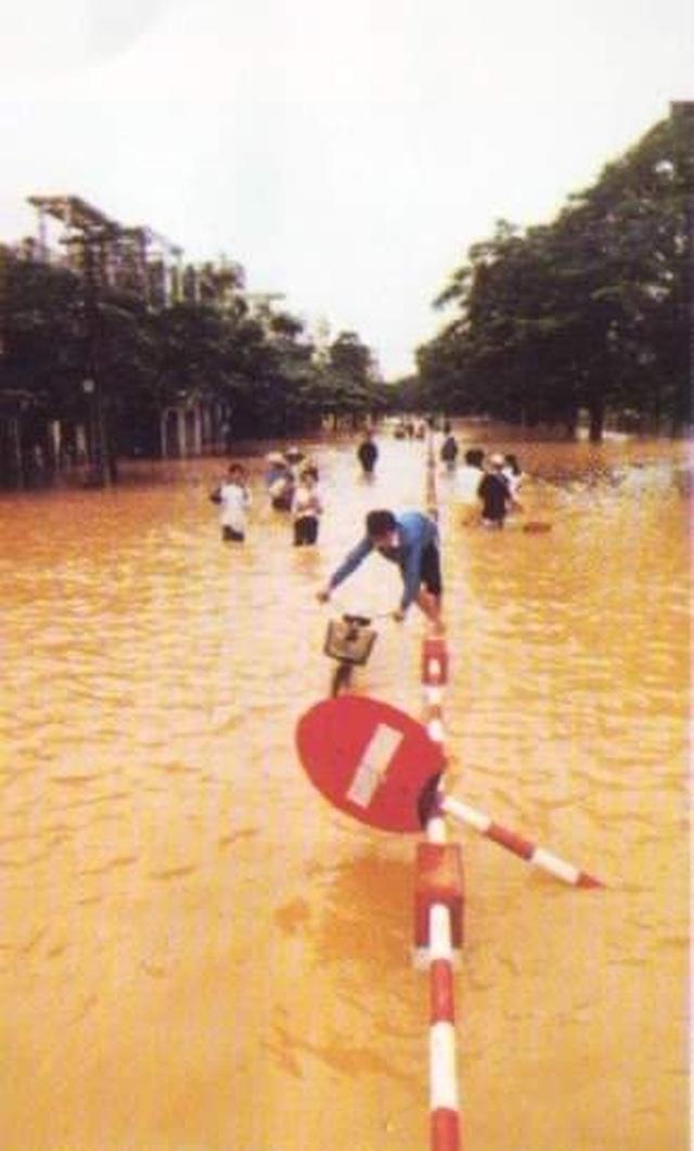 Nhìn lại hình ảnh trận lũ kinh hoàng năm 1999 cướp sinh mạng 352 người - 15