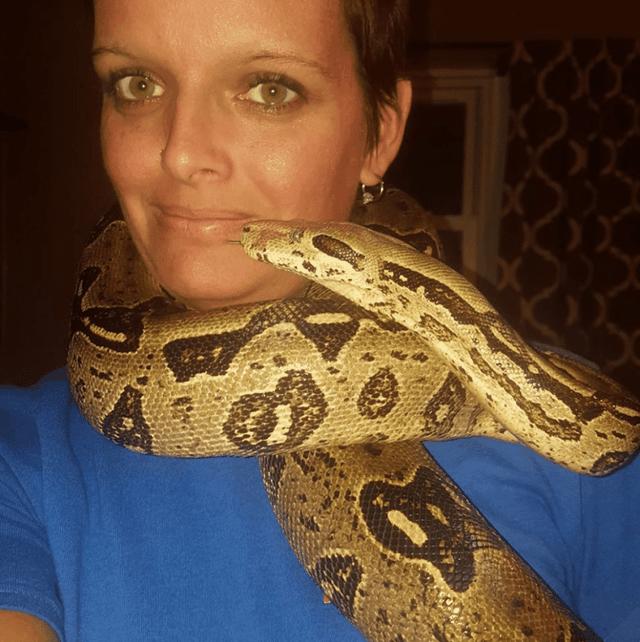 Một phụ nữ bị trăn khổng lồ siết cổ chết trong căn nhà có 140 con rắn - 2