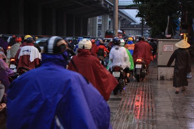 Hà Nội: Mưa lạnh trút xuống đúng giờ tan tầm, đường phố ùn tắc kinh hoàng - 10