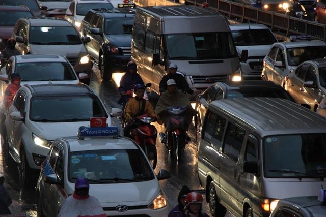 Hà Nội: Mưa lạnh trút xuống đúng giờ tan tầm, đường phố ùn tắc kinh hoàng - 9