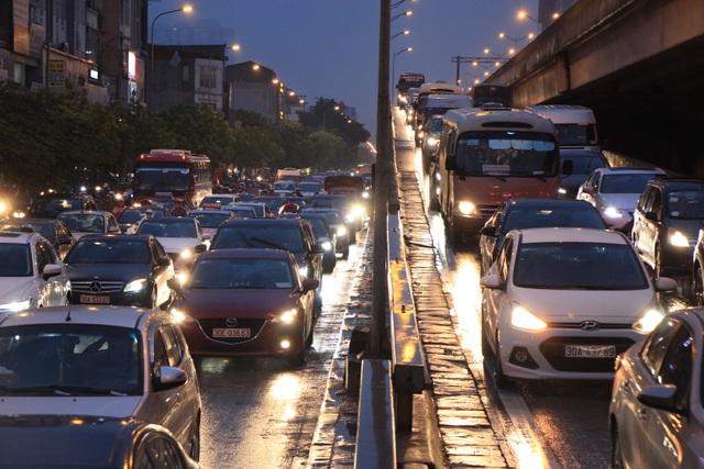 Hà Nội: Mưa lạnh trút xuống đúng giờ tan tầm, đường phố ùn tắc kinh hoàng - 12