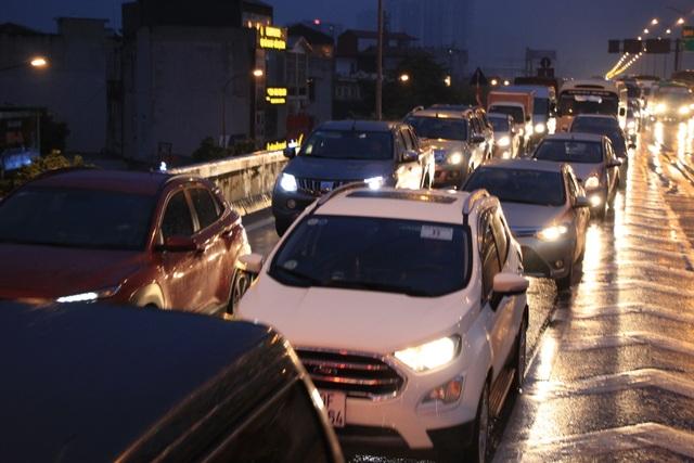 Hà Nội: Mưa lạnh trút xuống đúng giờ tan tầm, đường phố ùn tắc kinh hoàng - 15
