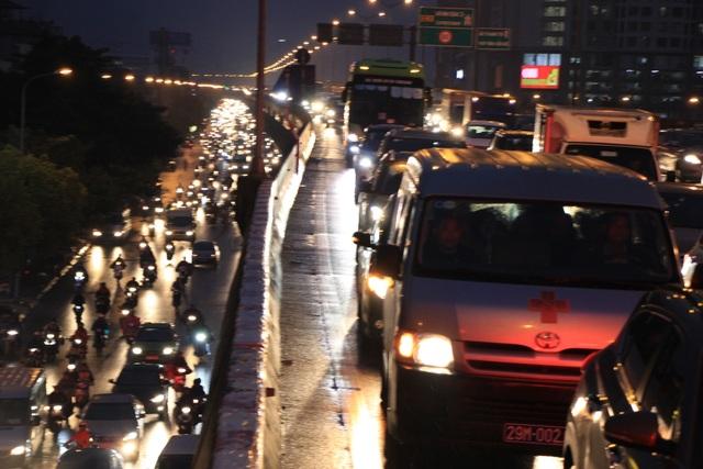 Hà Nội: Mưa lạnh trút xuống đúng giờ tan tầm, đường phố ùn tắc kinh hoàng - 14