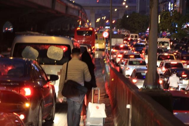 Hà Nội: Mưa lạnh trút xuống đúng giờ tan tầm, đường phố ùn tắc kinh hoàng - 13