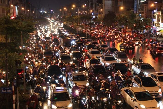 Hà Nội: Mưa lạnh trút xuống đúng giờ tan tầm, đường phố ùn tắc kinh hoàng - 3