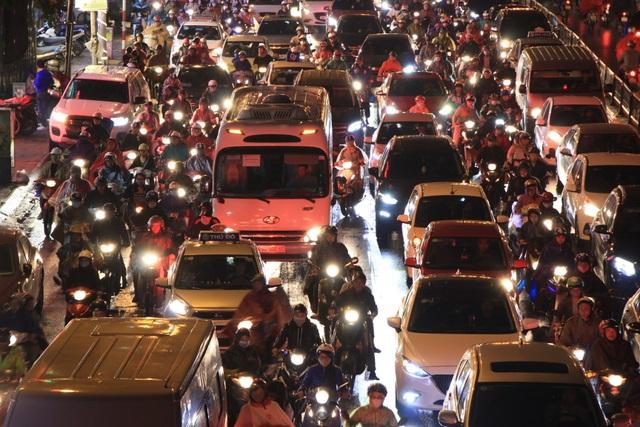 Hà Nội: Mưa lạnh trút xuống đúng giờ tan tầm, đường phố ùn tắc kinh hoàng - 2