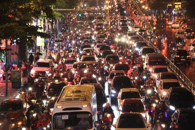 Hà Nội: Mưa lạnh trút xuống đúng giờ tan tầm, đường phố ùn tắc kinh hoàng - 1