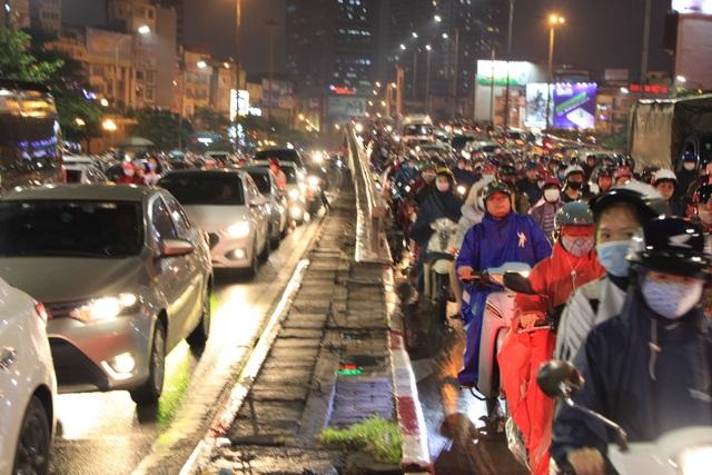 Hà Nội: Mưa lạnh trút xuống đúng giờ tan tầm, đường phố ùn tắc kinh hoàng - 5