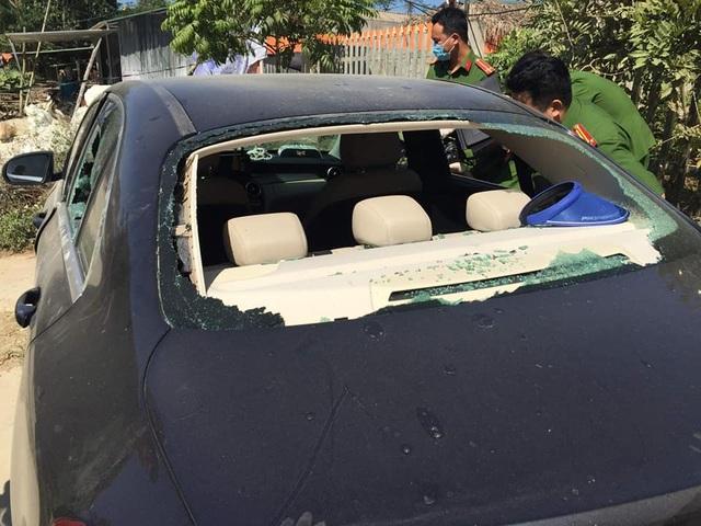 Truy tìm chủ chiếc xe Mercedes bị đập phá, trong xe có vết máu - 3