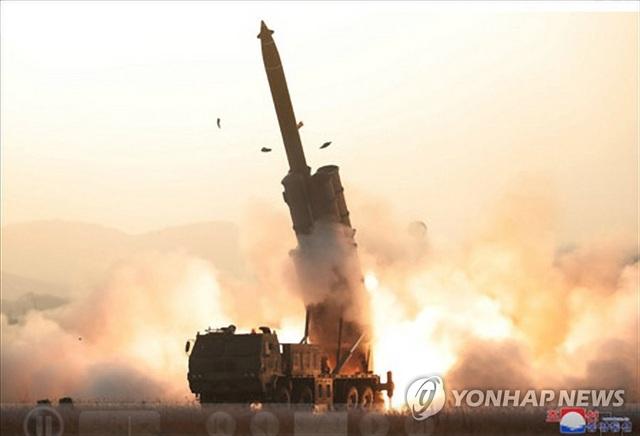 Triều Tiên thử hệ thống phóng đa tên lửa siêu lớn  - 1