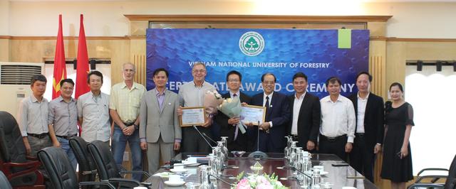 Giáo sư Mỹ hỗ trợ, quyên góp tiền tặng học bổng cho sinh viên nghèo Việt Nam - 4
