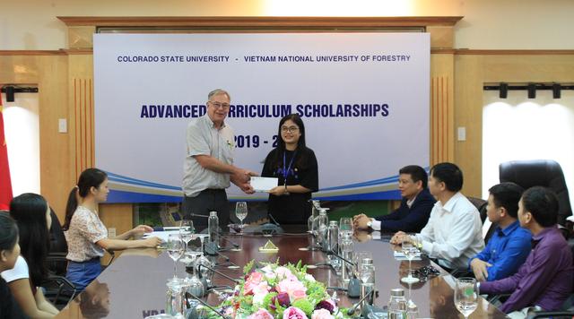 Giáo sư Mỹ hỗ trợ, quyên góp tiền tặng học bổng cho sinh viên nghèo Việt Nam - 1