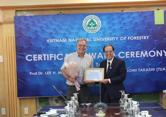 Giáo sư Mỹ hỗ trợ, quyên góp tiền tặng học bổng cho sinh viên nghèo Việt Nam - 3