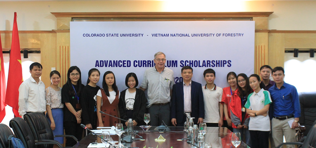 Giáo sư Mỹ hỗ trợ, quyên góp tiền tặng học bổng cho sinh viên nghèo Việt Nam - 2