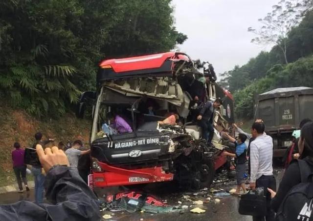 Xe khách nát bét sau cú va chạm với xe ben, 6 người bị thương - 2