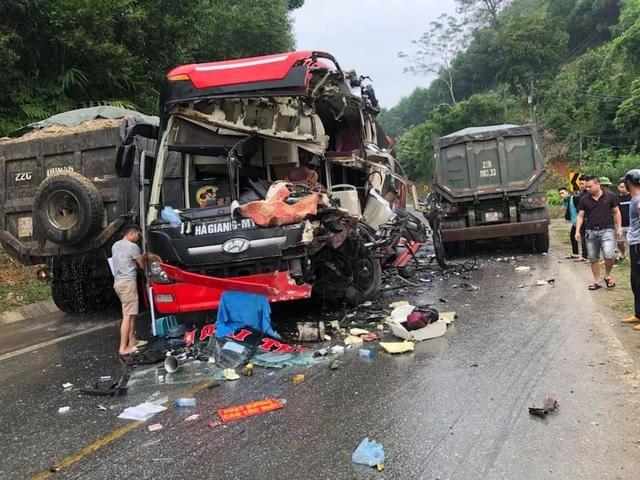 Xe khách nát bét sau cú va chạm với xe ben, 6 người bị thương - 1