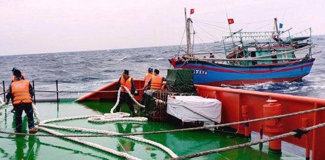 Cứu kịp thời 9 ngư dân gặp nạn trên biển - 1