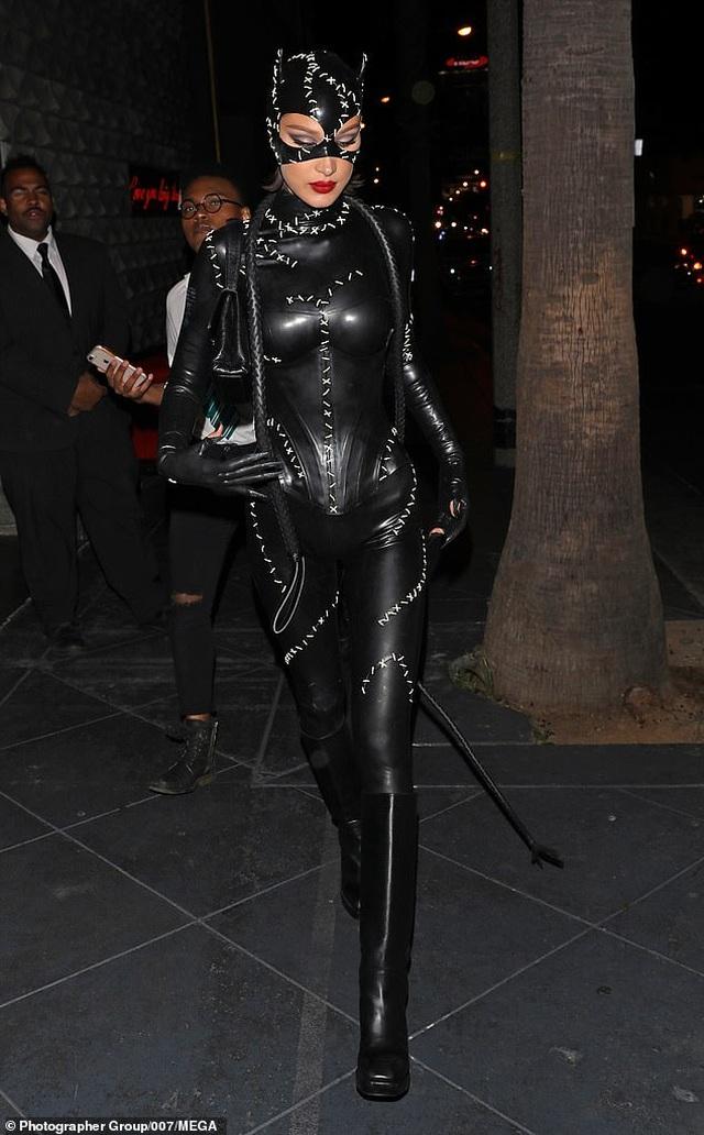 Alessandra Ambrosio diện váy xẻ táo bạo, hóa trang thành ma cà rồng - 10