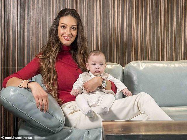 """Người đẹp Nga lần đầu lộ mặt con trai, nói giống cựu vương Malaysia """"như đúc"""" - 1"""