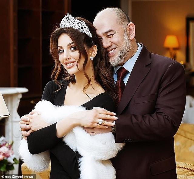 """Người đẹp Nga lần đầu lộ mặt con trai, nói giống cựu vương Malaysia """"như đúc"""" - 2"""