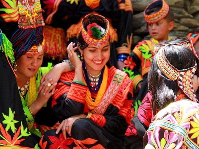 Bộ lạc nổi tiếng với sức khỏe dẻo dai và nhiều mỹ nhân đẹp nhất thế giới - 4