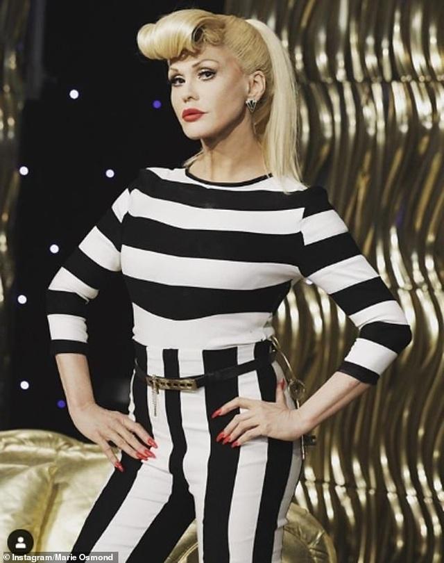Alessandra Ambrosio diện váy xẻ táo bạo, hóa trang thành ma cà rồng - 9