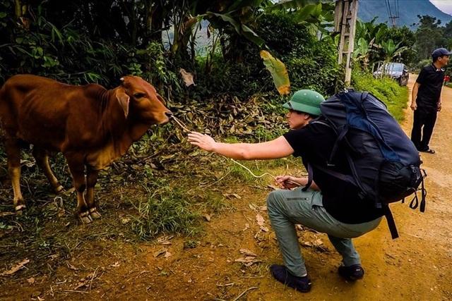Xách balo đi nửa vòng trái đất để tặng một con bò cho cậu bé mồ côi - 1