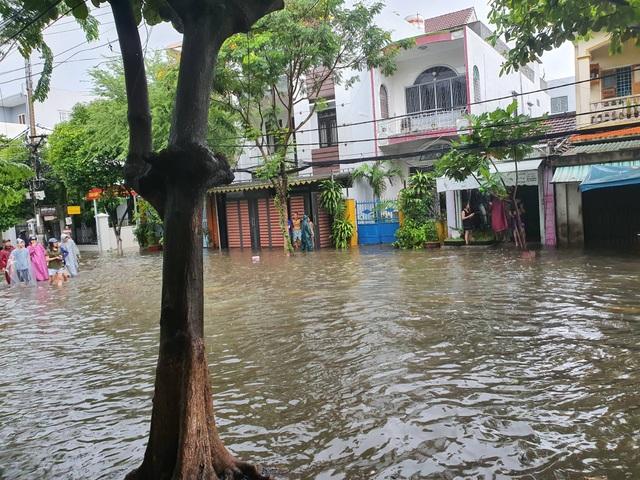 Nhiều tuyến đường ở Đà Nẵng ngập nặng sau trận mưa đêm - 5