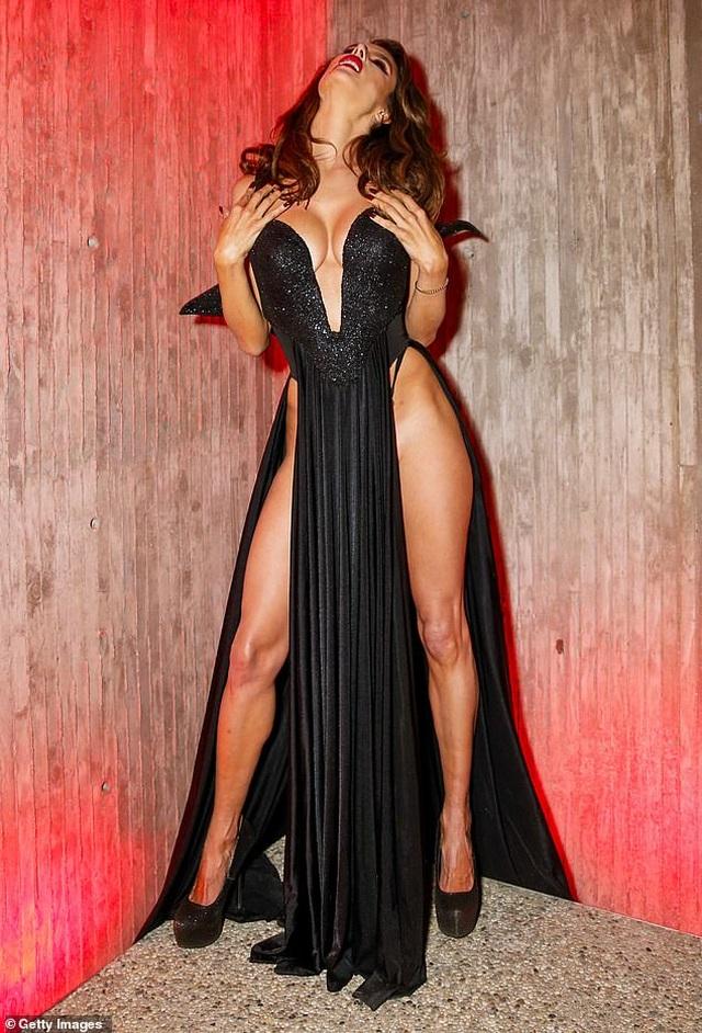 Alessandra Ambrosio diện váy xẻ táo bạo, hóa trang thành ma cà rồng - 3