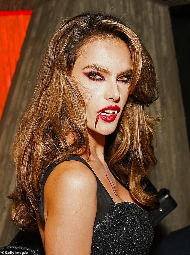 Alessandra Ambrosio diện váy xẻ táo bạo, hóa trang thành ma cà rồng - 1