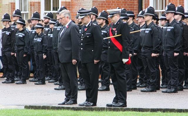 Cảnh sát Anh dành 1 phút mặc niệm 39 nạn nhân thiệt mạng trong xe tải - 1