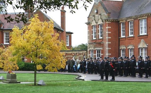 Cảnh sát Anh dành 1 phút mặc niệm 39 nạn nhân thiệt mạng trong xe tải - 2