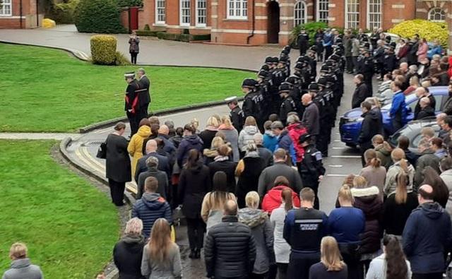Cảnh sát Anh dành 1 phút mặc niệm 39 nạn nhân thiệt mạng trong xe tải - 3
