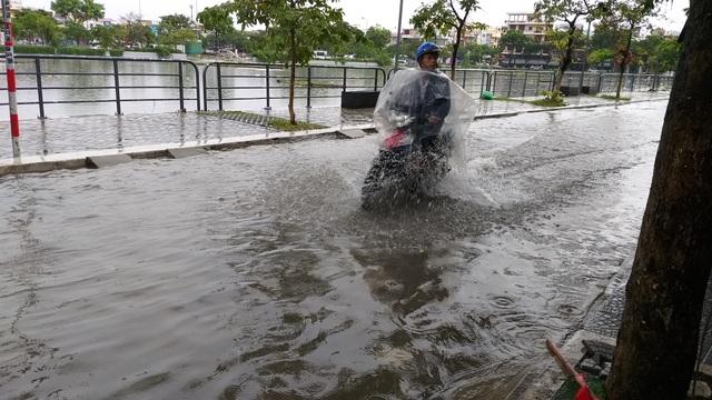 Nhiều tuyến đường ở Đà Nẵng ngập nặng sau trận mưa đêm - 6