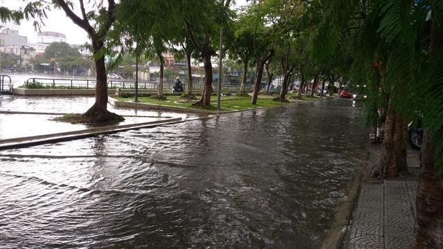 Nhiều tuyến đường ở Đà Nẵng ngập nặng sau trận mưa đêm - 3
