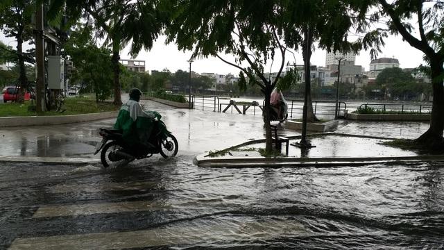 Nhiều tuyến đường ở Đà Nẵng ngập nặng sau trận mưa đêm - 4